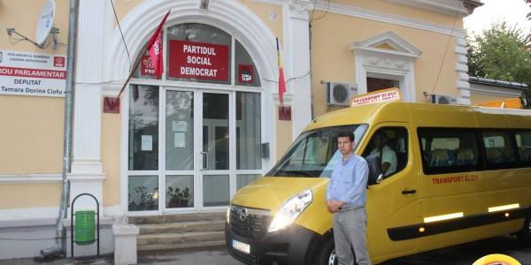"""DOVADĂ DE SLUGĂRNICIE. Un primar s-a fotografiat cu microbuzul şcolar în faţa sediului PSD: """"Mulţumim din suflet doamnei senator Federovici şi domnului deputat Dolineaschi"""""""