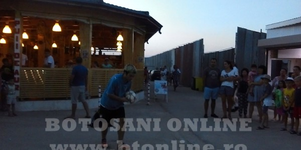 Botoşăneanul care a impresionat la cel mai tare show de televiziune din România câştigă bani din spectacole susţinute pe străzile din Costineşti – VIDEO