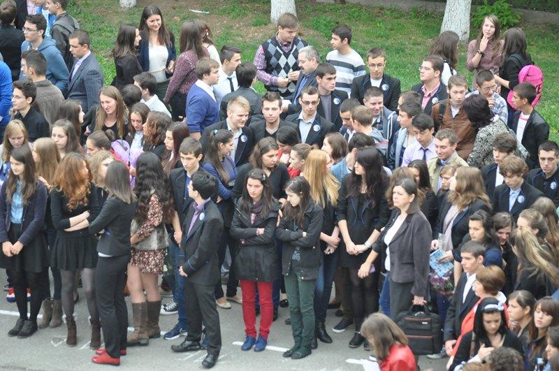 elevi in curtea scolii1