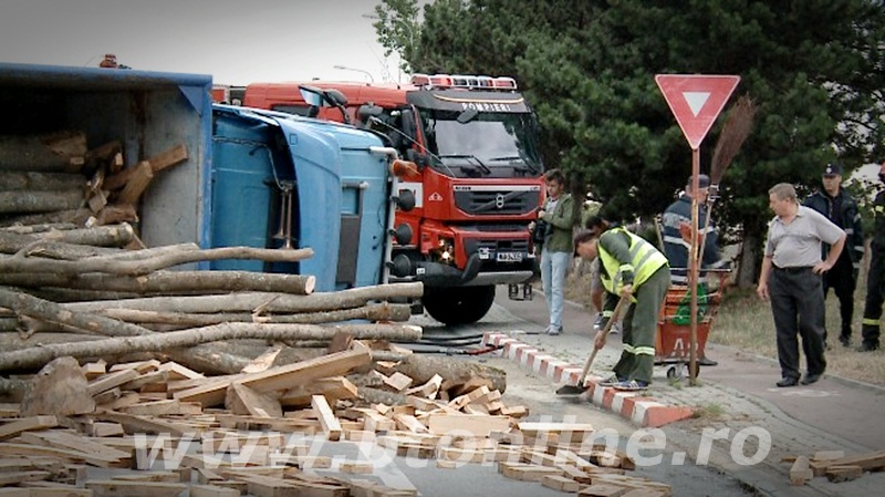 camion cu lemne rasturnat (4)