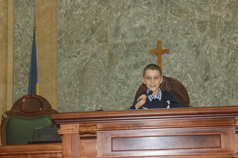 copii hiliseu in parlament (8)