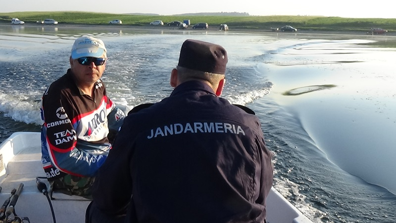 jandarm in barca